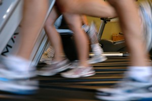 1024px-Running-on-treadmills-motion-blur